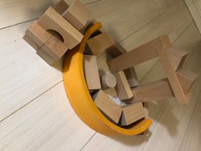 積み木と組み合わせて遊ぶ